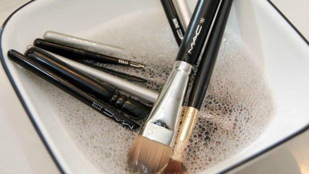 clean the makeup brushes download