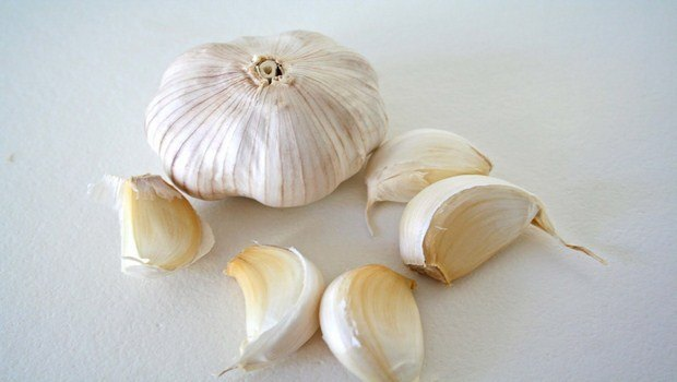 home remedies for Sneezing-garlic