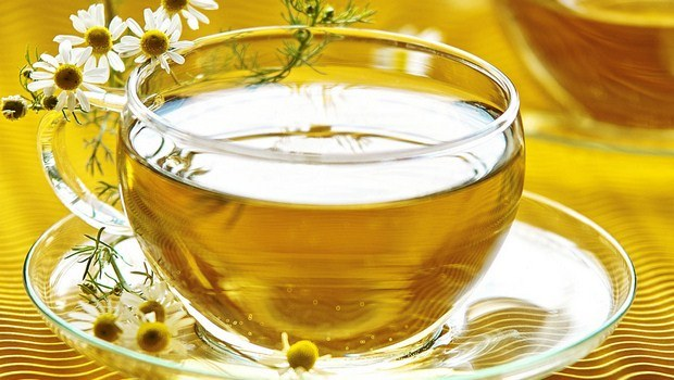 foods that reduce bloating-chamomile and peppermint tea
