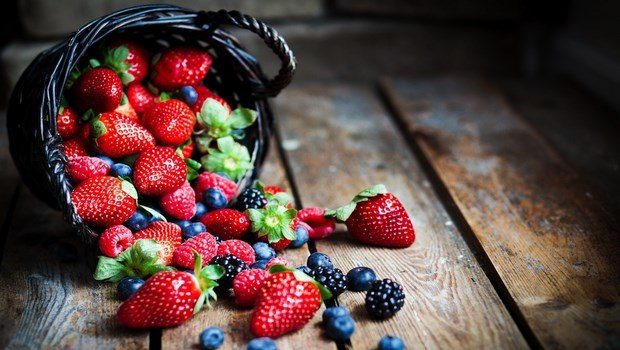 how to prevent cataracts-berries