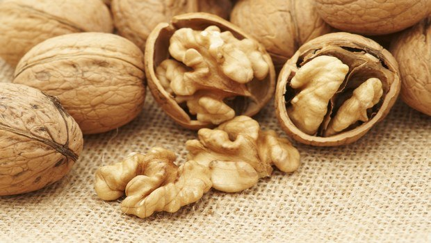 how to prevent cataracts-walnuts