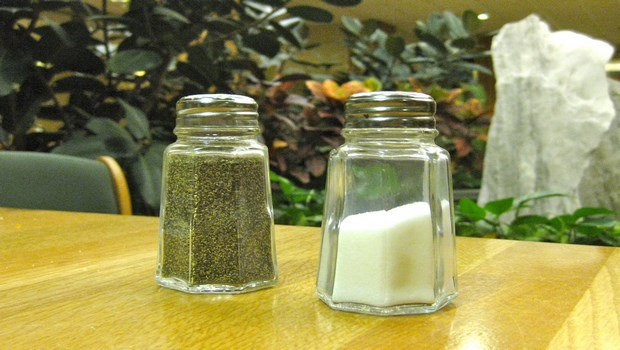 how to treat toothache-pepper and salt