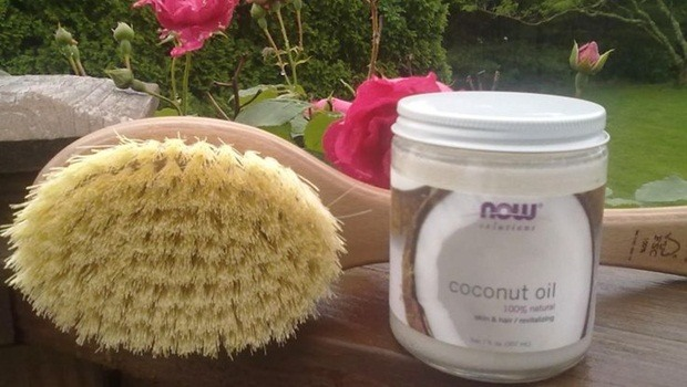 how to lose cellulite - dry brushing with coconut oil
