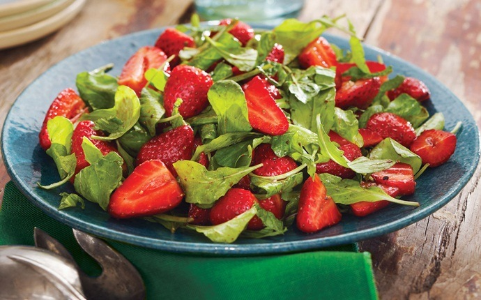 fresh strawberry recipes - strawberry and arugula salad