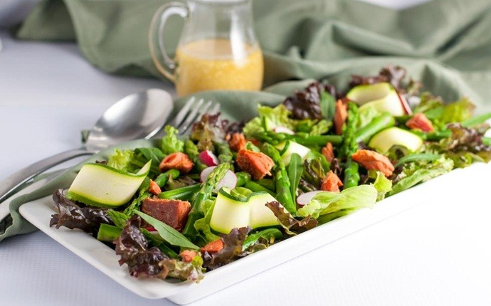 paleo salad recipes - arugula salad accompanying zucchini ribbons