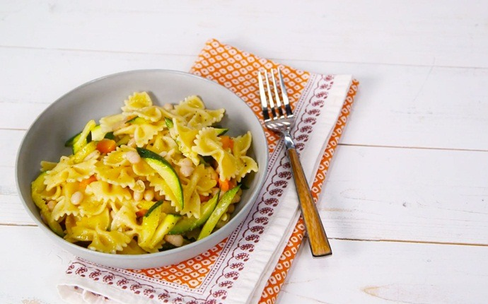healthy zucchini recipes - farfalle with white beans and zucchini
