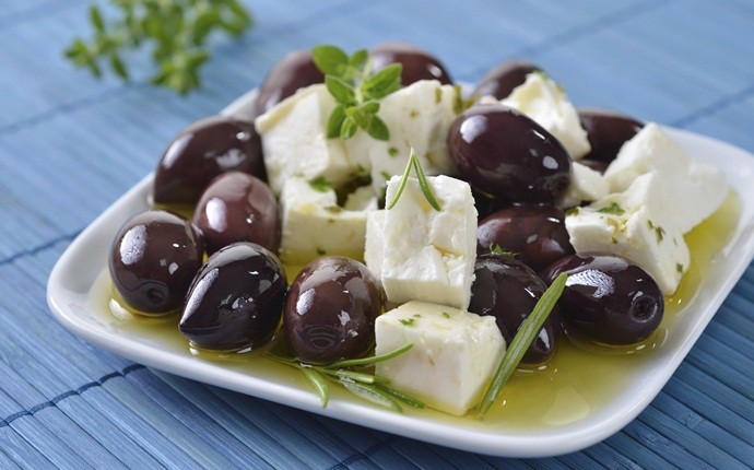 low calorie appetizers - marinated olives & feta