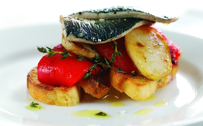 low calorie appetizers - tomato toast with sardines and mint