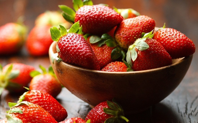 how to exfoliate face - strawberries, honey, and oatmeal